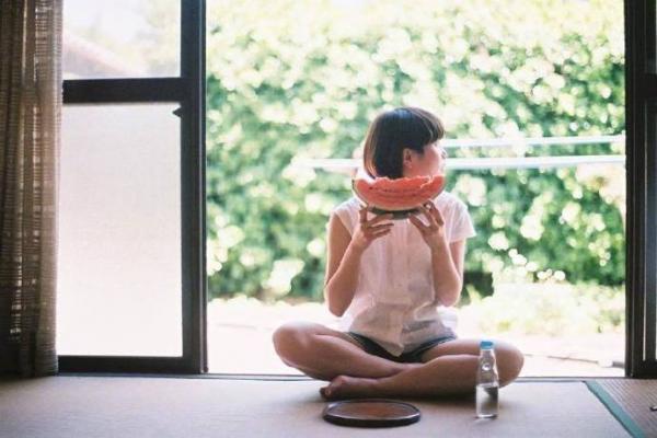 勇敢爱补袜子的女孩 感人的爱情故事