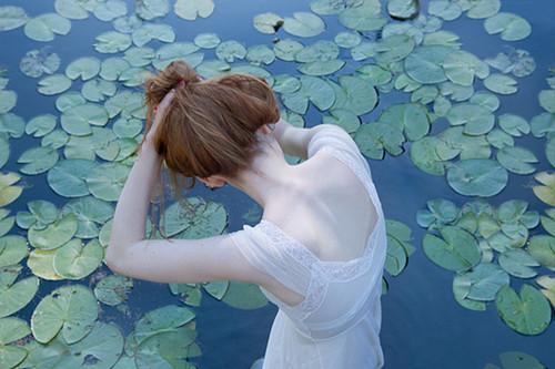 女生为情所困的伤感说说 朋友圈心死了的心情短语